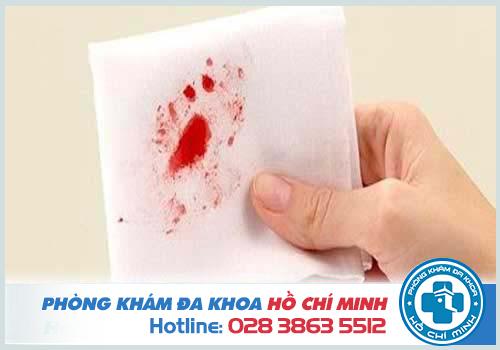 Đi cầu ra máu là bị bệnh gì?