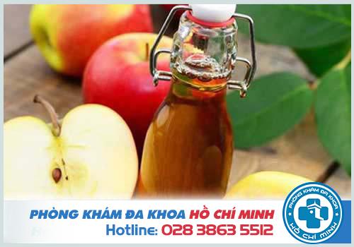 Rượu giấm táo có tính axit mạnh giúp bào mòn các nốt sùi mào gà