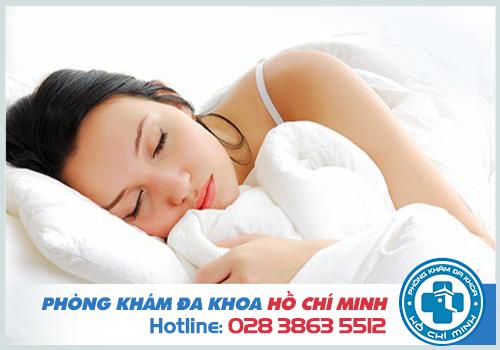 Thư giãn và ngủ một giấc dài giúp giảm đau bụng dưới sau khi quan hệ