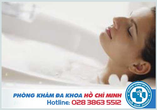 Ngâm mình trong nước ấm để hạn chế mụn rộp sinh dục giai đoạn đầu