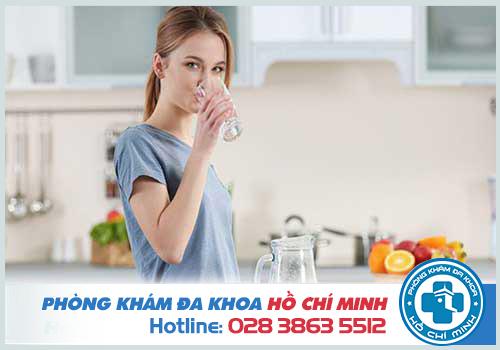 Uống đủ nước thúc đẩy quá trình tiêu hóa ngăn ngừa nứt kẽ hậu môn