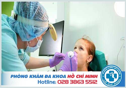 Quy trình khám tai mũi họng được thực hiện tuần tự từ ngoài vào trong